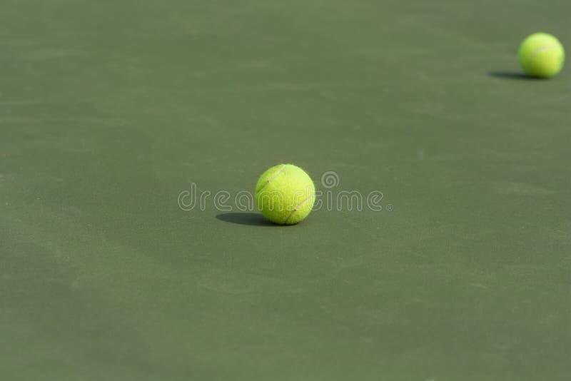 Tennisballen op het hof als achtergrond stock afbeeldingen