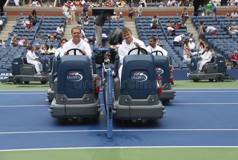Tennisbana för uttorkning för US Openlokalvårdbesättning efter regnfördröjning på Arthur Ashe Stadium arkivfoto
