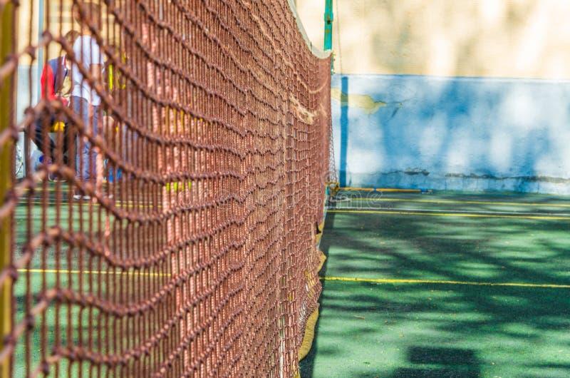 Tennisbana med ett raster för yrkesmässiga lekar arkivfoto