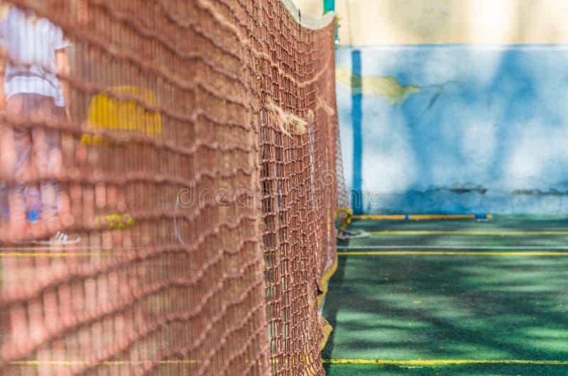 Tennisbana med ett raster för yrkesmässiga lekar arkivfoton