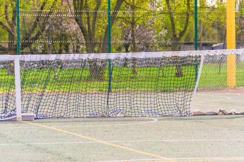 Tennisbana med ett raster för yrkesmässiga lekar royaltyfria foton