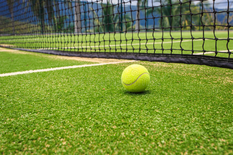 Tennisbana med tennisbollen royaltyfri foto