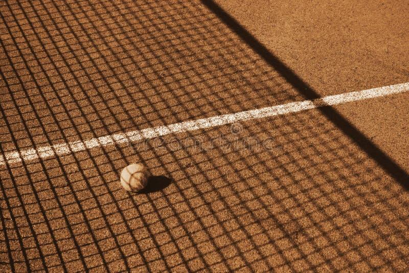 Tennisbana med tennisbollen royaltyfria bilder