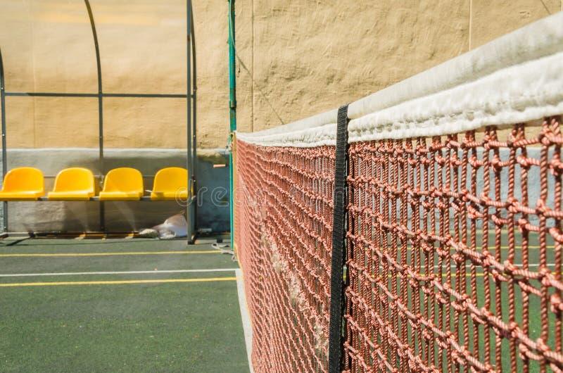 Tennisbana, raster och boll arkivfoto