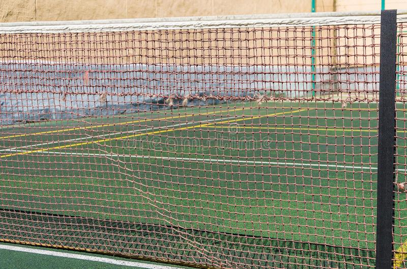 Tennisbana, raster och boll arkivbild