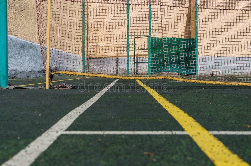 Tennisbana, raster och boll arkivbilder