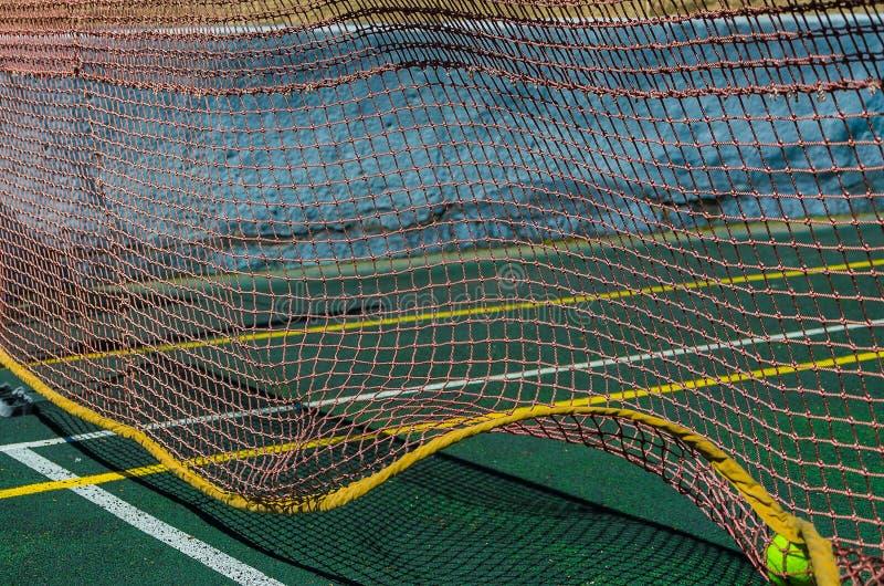 Tennisbana, raster och boll royaltyfri bild