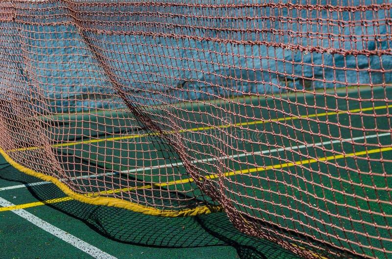 Tennisbana, raster och boll royaltyfria foton