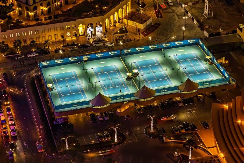 Tennisbanaljusen på natten från det ovannämnt royaltyfria foton