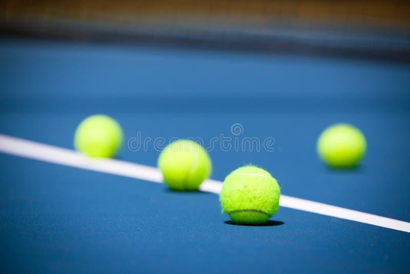 Tennisbanan med bollen och förtjänar royaltyfri bild