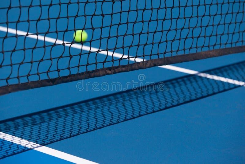 Tennisbanan med bollen och förtjänar fotografering för bildbyråer