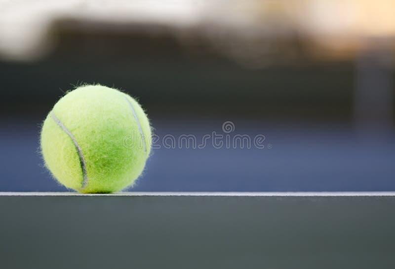 Tennisboll på domstolslutet upp med rum för kopia arkivbilder