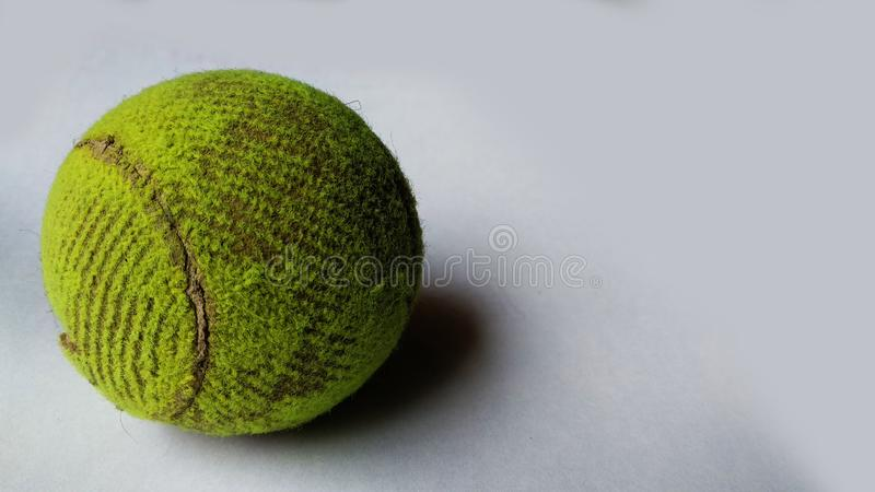 Tennisboll p? isolerad bakgrund royaltyfri bild