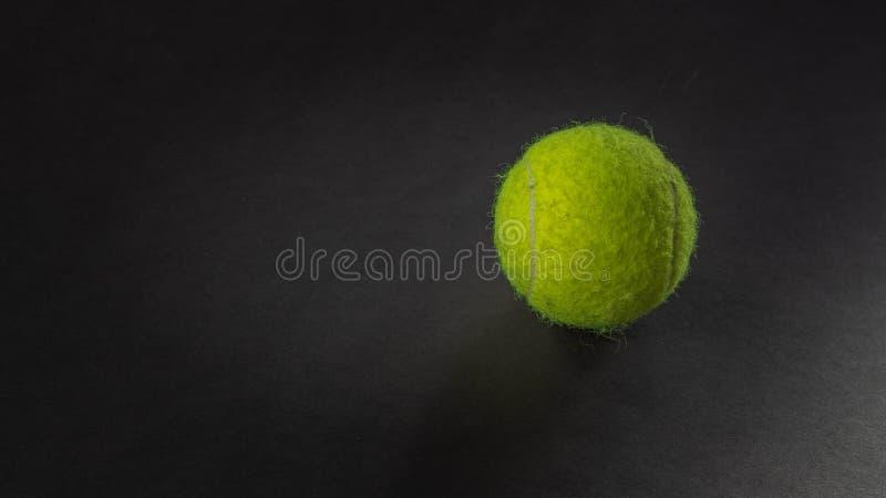 Tennisboll p? svart bakgrund royaltyfri fotografi