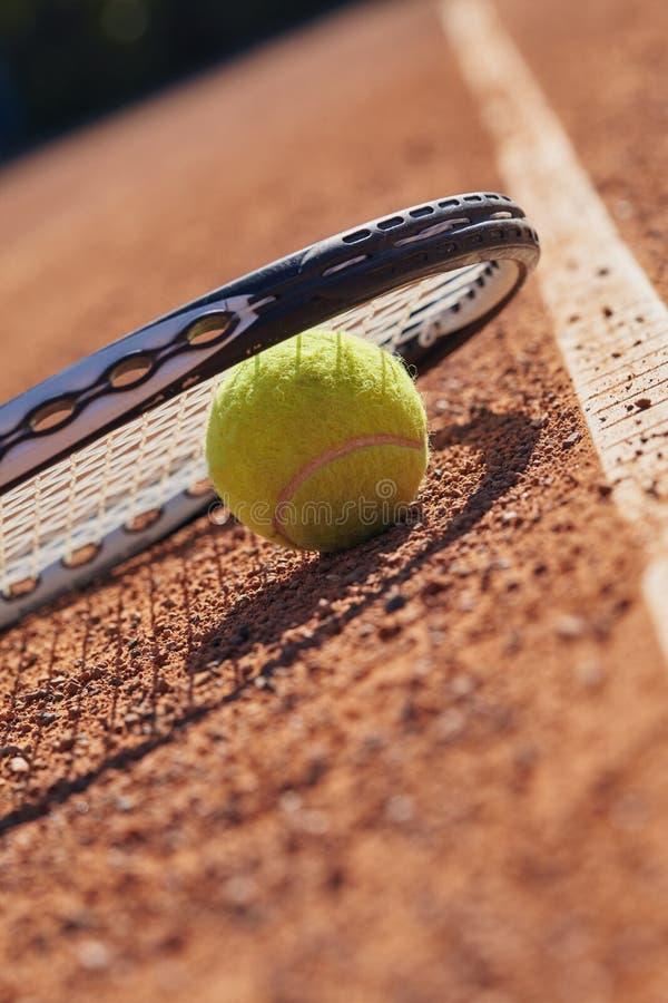 Tennisbollar och racket på domstolen royaltyfri foto