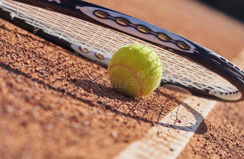 Tennisbollar och racket på domstolen arkivfoto