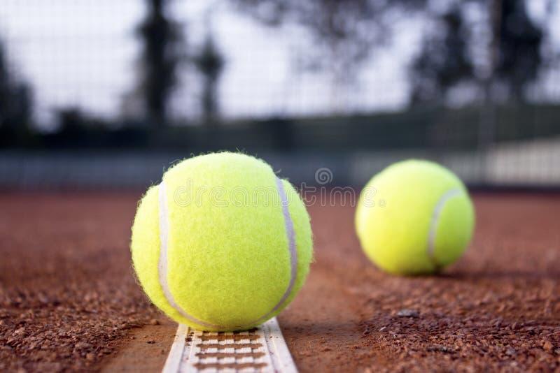 Tennisbollar på leratennisbanan royaltyfri bild
