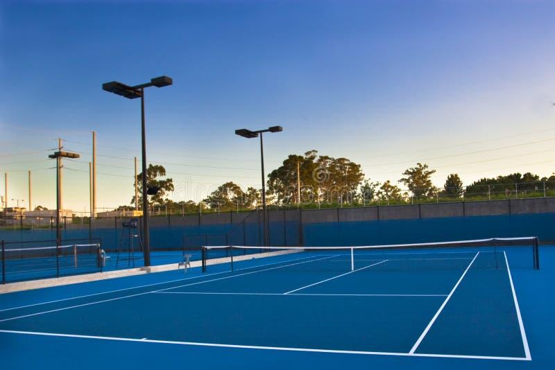 Tennisgerichte am Sonnenuntergang stockbild
