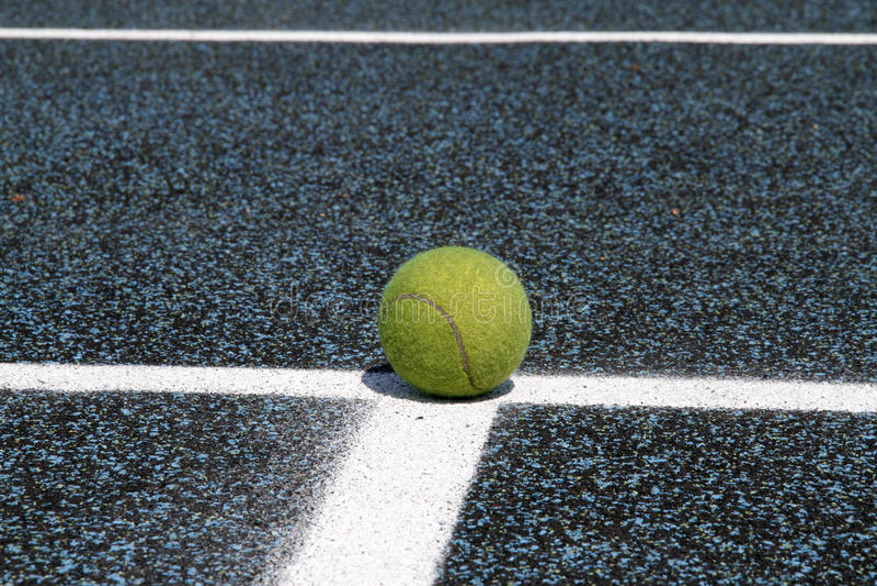 Tenniskugel auf Gerichtszeile lizenzfreie stockbilder