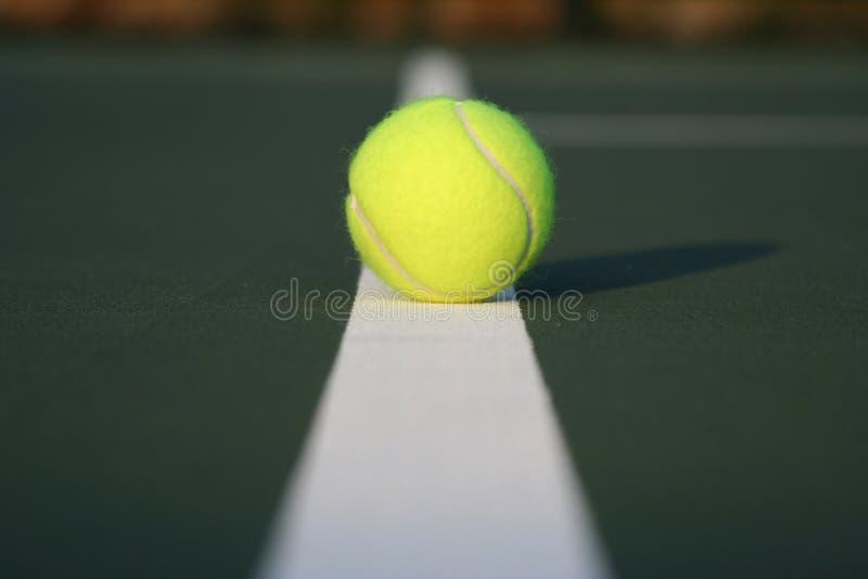 Tenniskugel auf Gerichtszeile lizenzfreies stockfoto