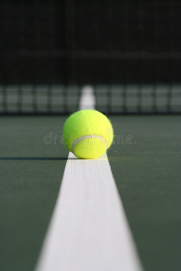 Tenniskugel hinunter die Zeile lizenzfreies stockbild