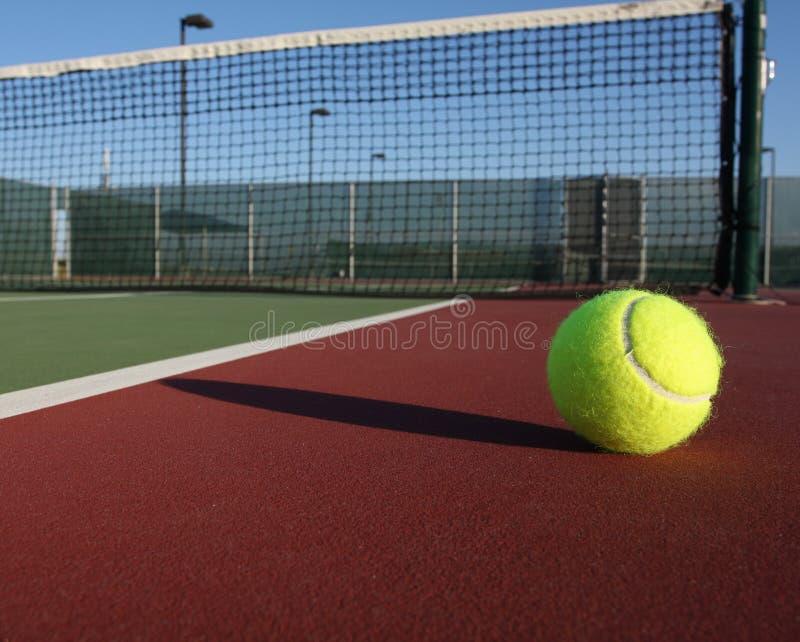 Tenniskugel weg vom Gericht lizenzfreie stockfotos
