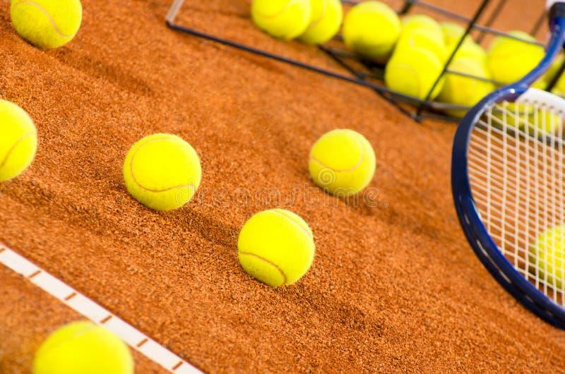 Tenniskugeln auf dem Gericht stockbilder