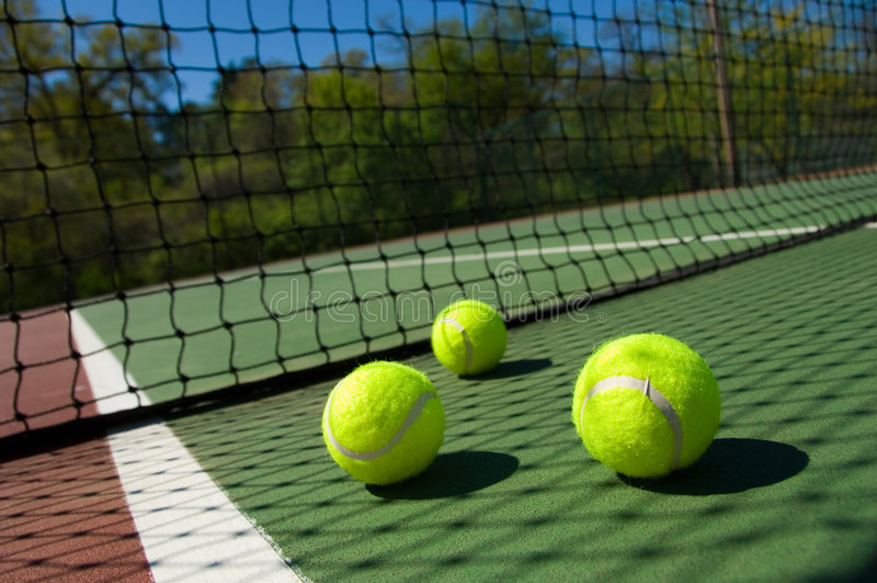 Tenniskugeln auf Gericht lizenzfreie stockfotografie