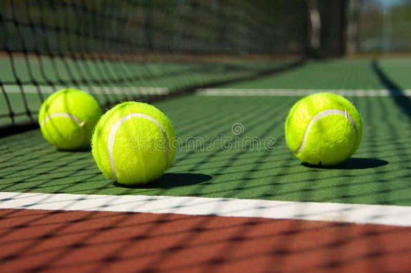 Tenniskugeln auf Gericht stockbild