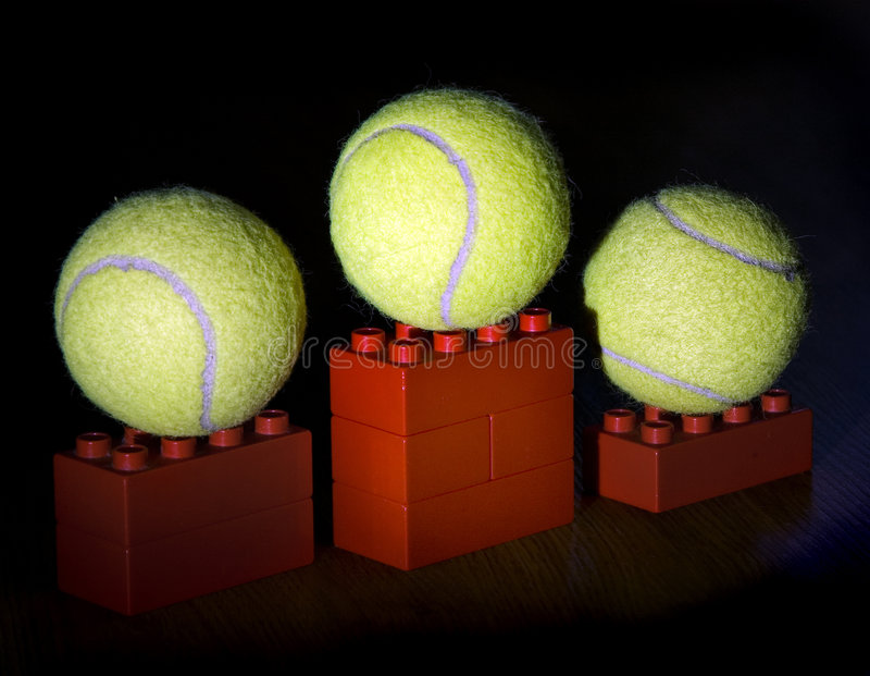 Tenniskugeln auf Podium lizenzfreies stockbild