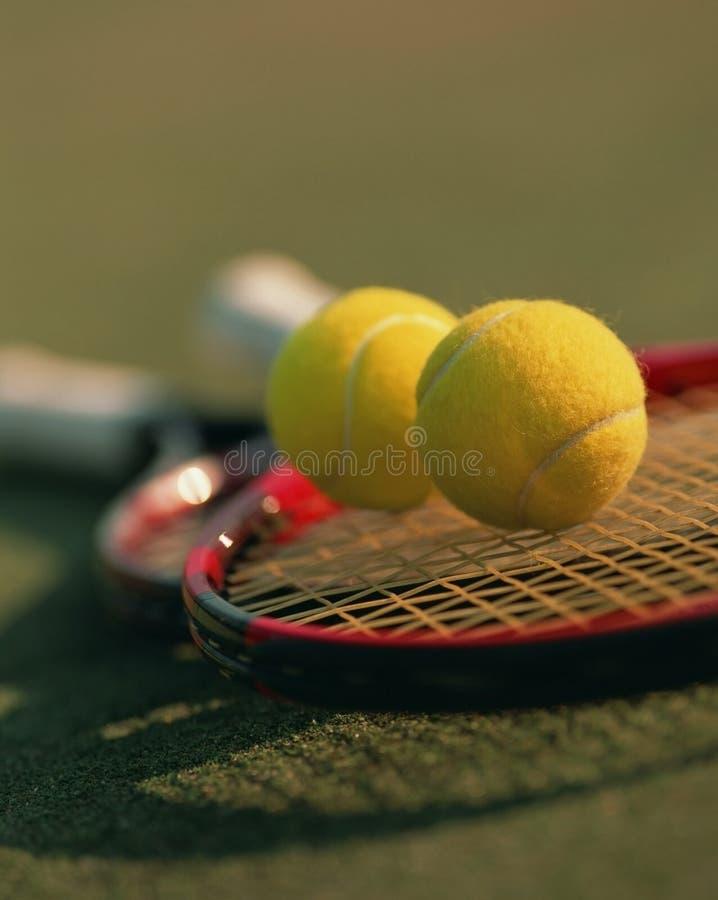 Tenniskugeln und -schläger lizenzfreies stockfoto