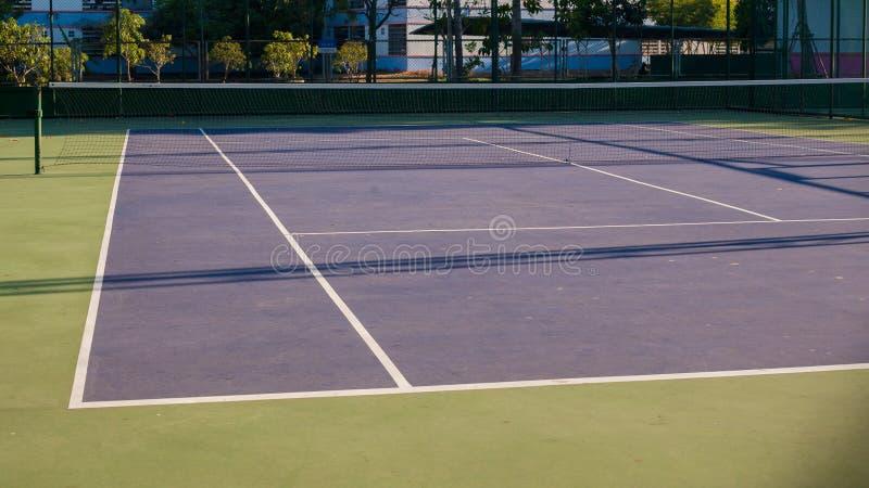 Tenniskurs und -schatten auf dem Boden lizenzfreie stockfotos