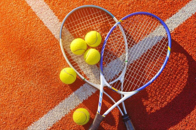 Tennislek Tennisbollar och racket på royaltyfria bilder