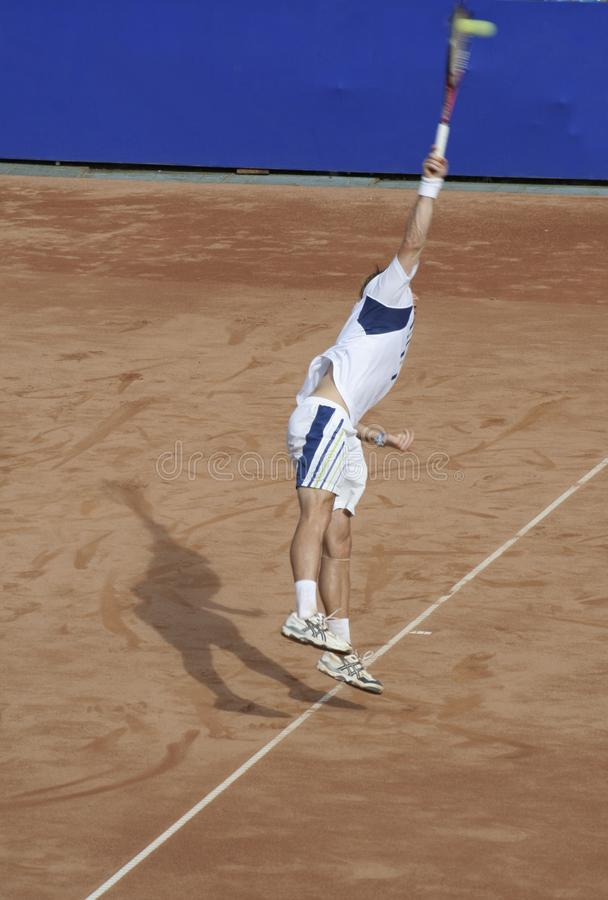 Tennismann, der den Ball V dient stockfotos
