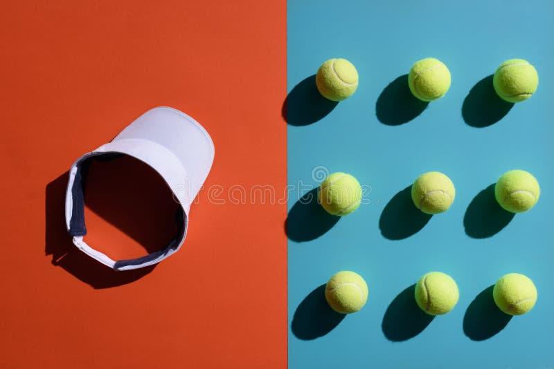 Tennismaske und -bälle stockfotos