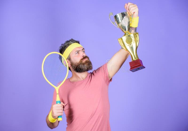Tennismatchsieger Erzielte Spitze Tennisspieler-Gewinnmeisterschaft Athletengriff-Tennisschläger und goldener Becher gewinn lizenzfreie stockfotografie