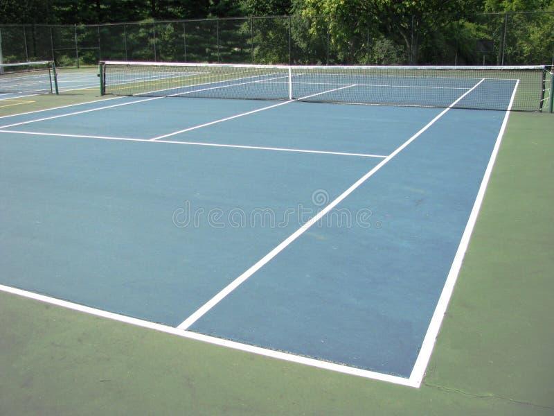 Tennisplatz im Sommer lizenzfreies stockbild