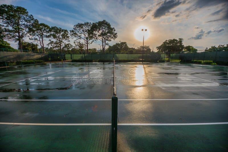 Tennisplatz nach einem regnerischen Tag stockfotografie