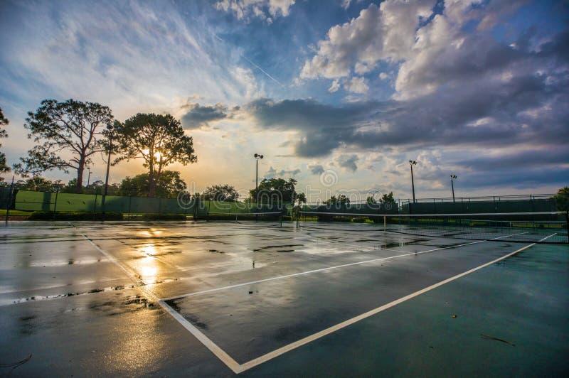Tennisplatz nach einem regnerischen Tag stockfoto