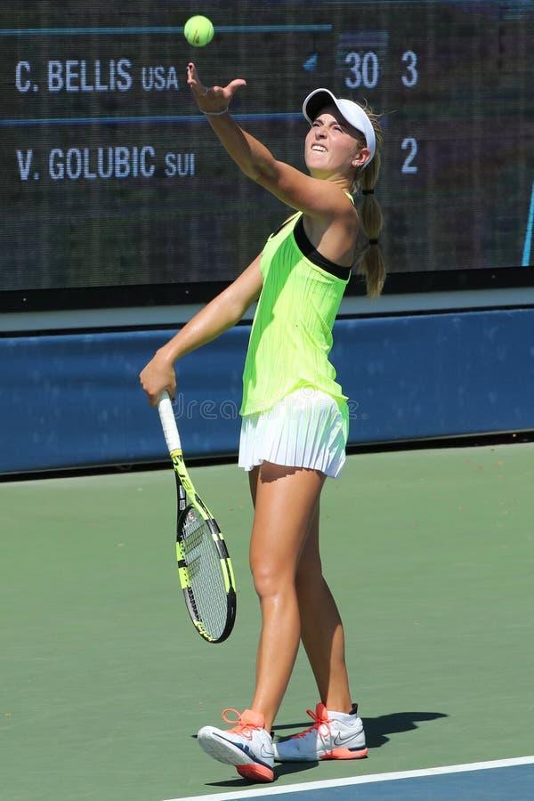 Tennisprofi Catherine Bellis von Vereinigten Staaten in der Aktion während ihres Erstrundematches an US Open 2016 lizenzfreie stockfotos