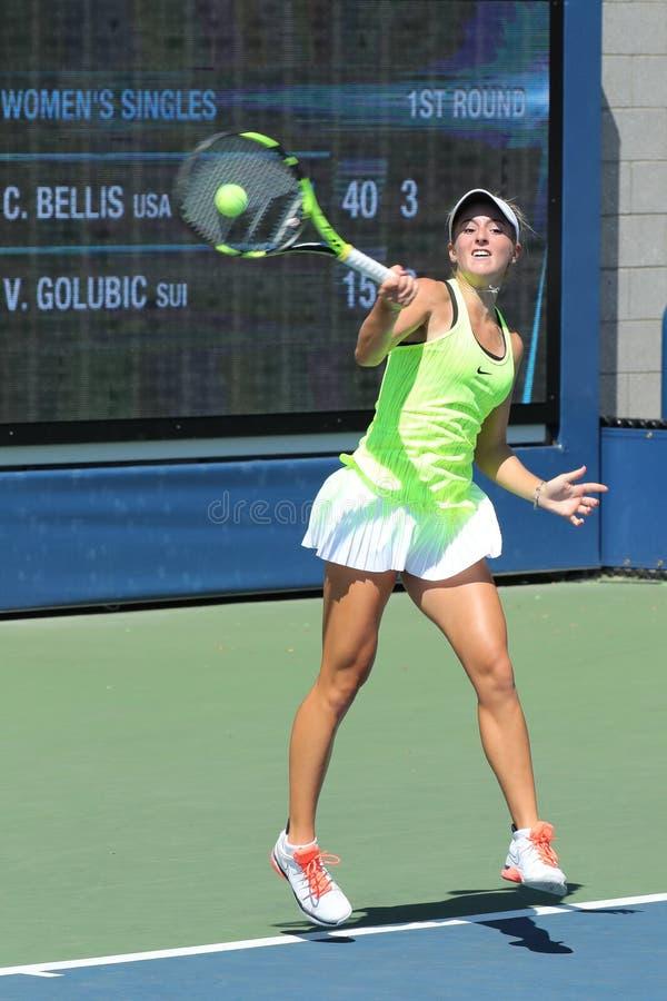 Tennisprofi Catherine Bellis von Vereinigten Staaten in der Aktion während ihres Erstrundematches an US Open 2016 stockbild