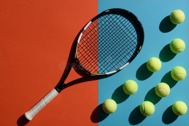 Tennisracket och bollar arkivbild