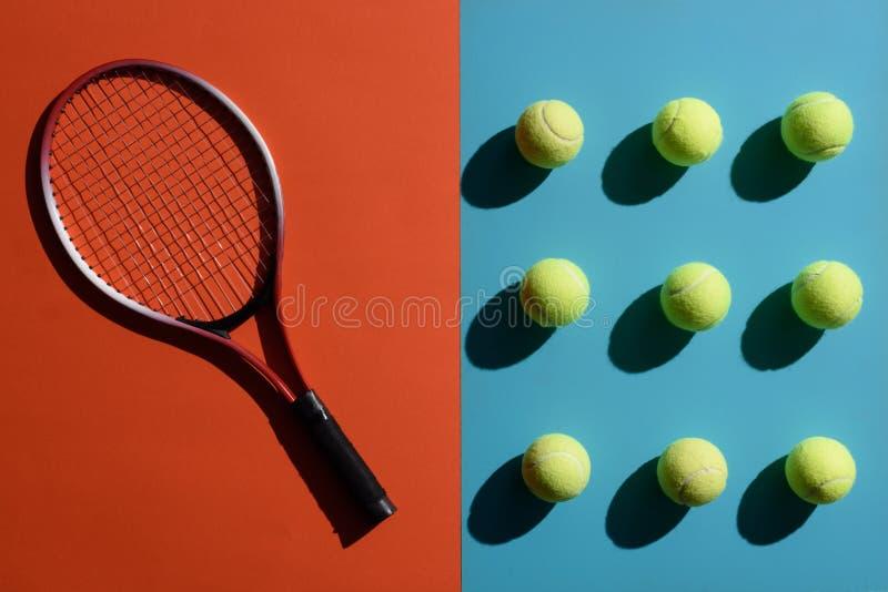 Tennisracket och bollar fotografering för bildbyråer