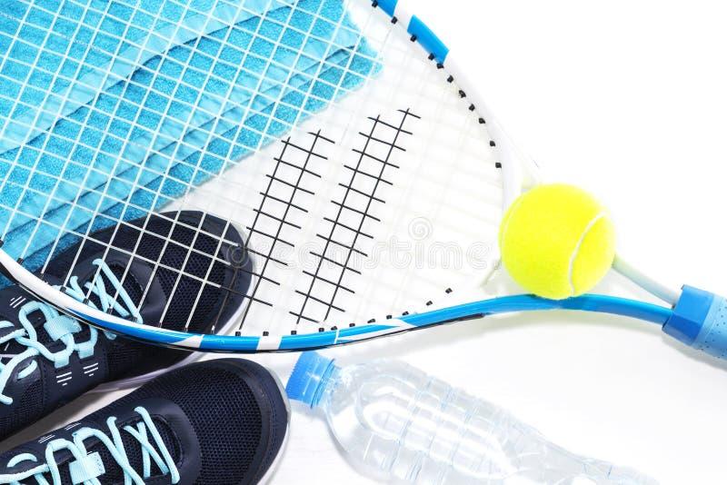 Tennisracket p? vit bakgrund raket boll, vattenflaska arkivbild