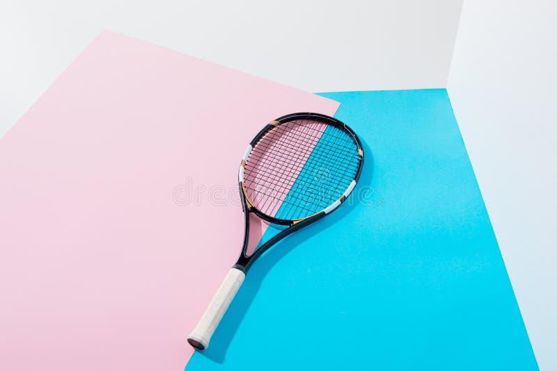 tennisracket som ligger på blått arkivfoto