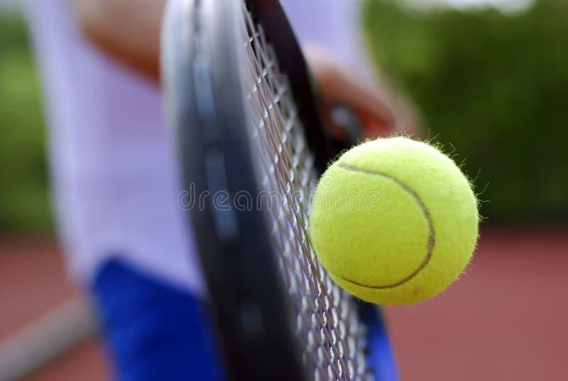 Tennisschläger und -kugel lizenzfreies stockfoto