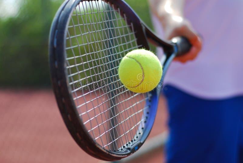 Tennisschläger und -kugel stockfotografie