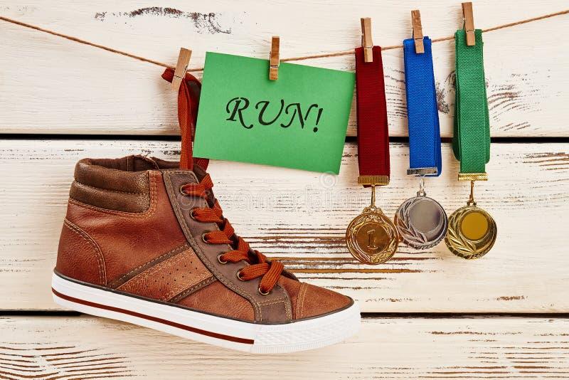 Tennisschoen, motivatiekaart en toekenning royalty-vrije stock foto