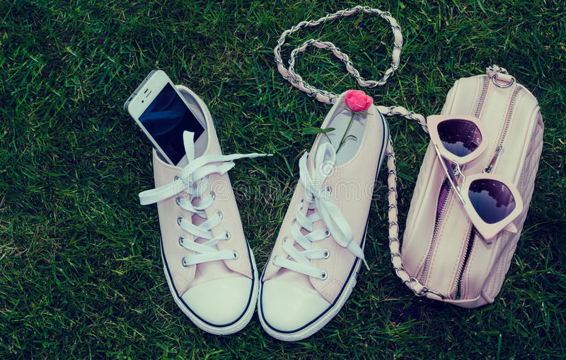 Tennisschoenen, cellphone, beurs en zonnebril royalty-vrije stock afbeelding