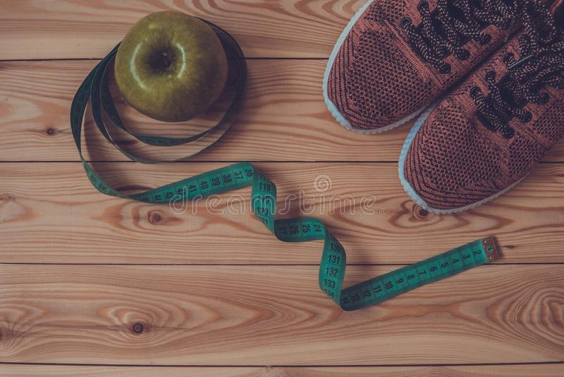 Tennisschoenen, centimeter en verse appel hoogste mening Gezond en activ stock foto's